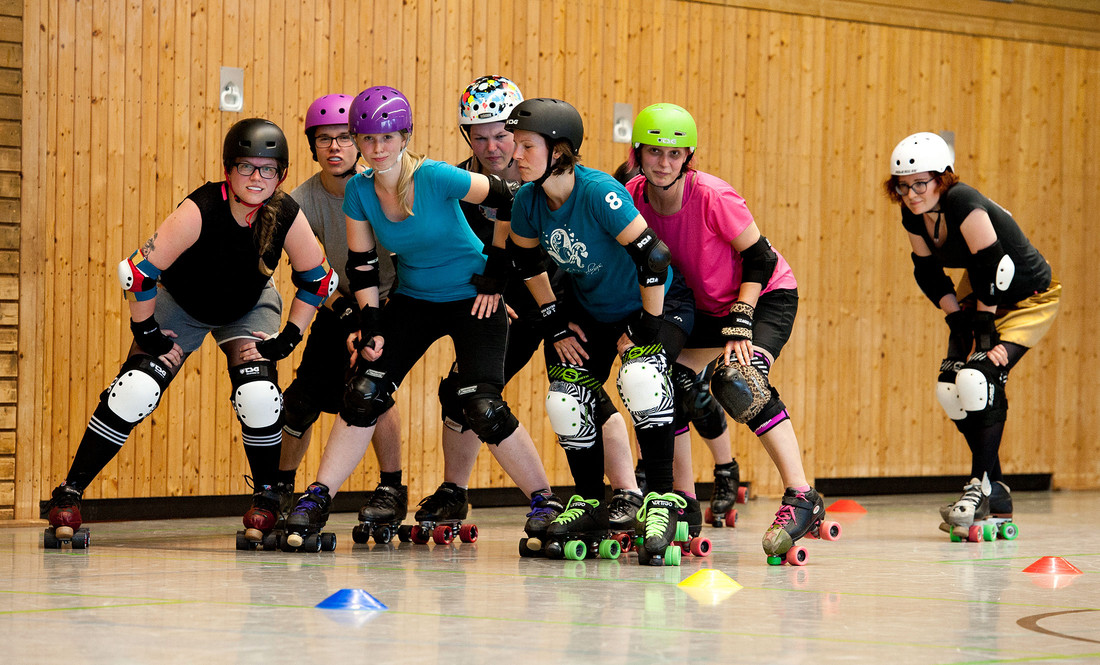 Roller-Derby-Spielerinnen Gruppenbild in der Trainingshalle