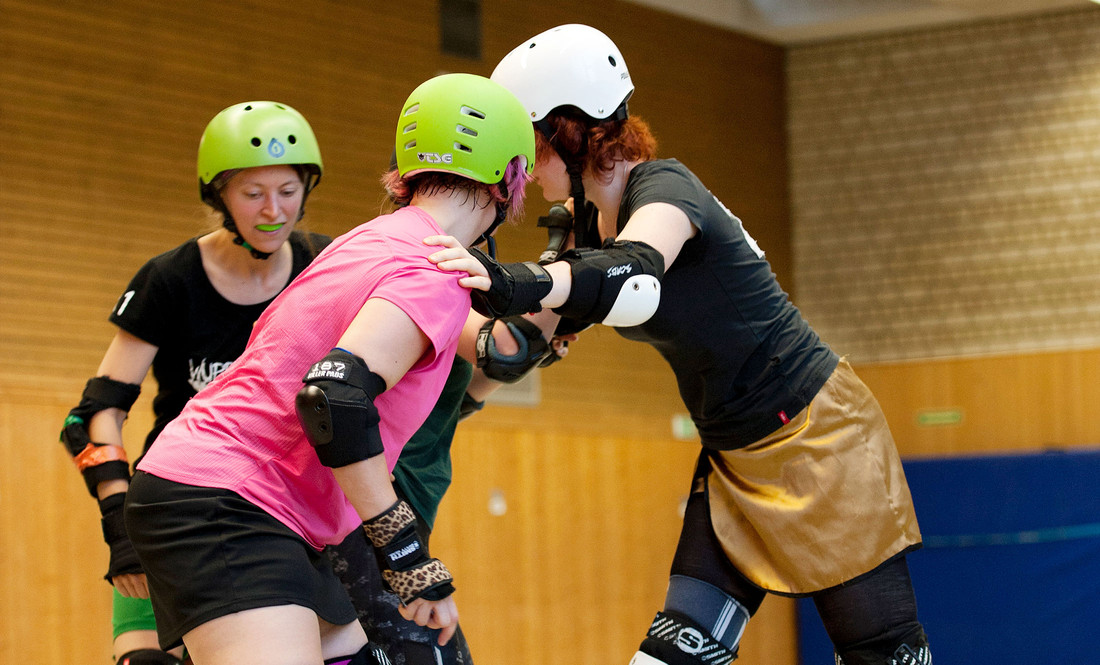 Roller-Derby-Spielerinnen beim Training in der Halle